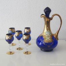 Antigüedades: JUEGO DE CRISTAL DE BOHEMIA JARRA LICORERA Y 5 COPAS AZUL COBALTO Y ORO. Lote 160957402