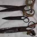Antigüedades: 3 TIJERA DE ESQUILAR OVEJAS CON MARCA F PEREZ JUAN OCAMPO CORONASO Y LAS TRES COPAS ( ETNOLOGÍA). Lote 160975702