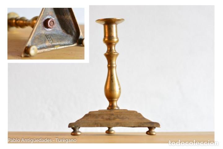 CANDELERO ANTIGUO DE BRONCE CON MARCA O INSIGNIA EN BASE - PARRILLA DE SAN LORENZO DEL ESCORIAL? (Antigüedades - Iluminación - Candelabros Antiguos)