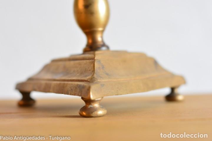 Antigüedades: Candelero antiguo de bronce con marca o insignia en base - Parrilla de San Lorenzo del Escorial? - Foto 6 - 160986950