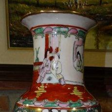 Antigüedades: JARRÓN DE PORCELANA MANUFACTURA CHINA. AÑOS 60.. Lote 160987490