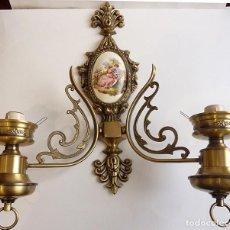 Antigüedades: APLIQUE BRONCE Y CERÁMICA - DOS BRAZOS, DE PARED - SIN TULIPAS - MUY BUEN ESTADO. Lote 161030714