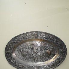 Antigüedades: PLATO ANTIGUO DE PARED LATÓN REPUJADO. Lote 161094610