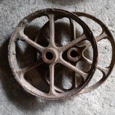 Antigüedades: 2 DOS RUEDAS ANTIGUAS DE HIERRO FUNDIDO INDUSTRIAL. Lote 84948148