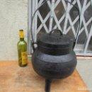 Antigüedades: POTE OLLA CALDERO EN HIERRO FUNDIDO ANTIGUO. PARA 11 LITROS. RESTAURADO Y PINTADO. Lote 161197838