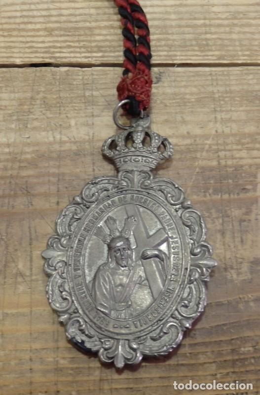SEMANA SANTA MALAGA, MEDALLA CON CORDON HERMANDAD DE LA MISERICORDIA (Antigüedades - Religiosas - Medallas Antiguas)