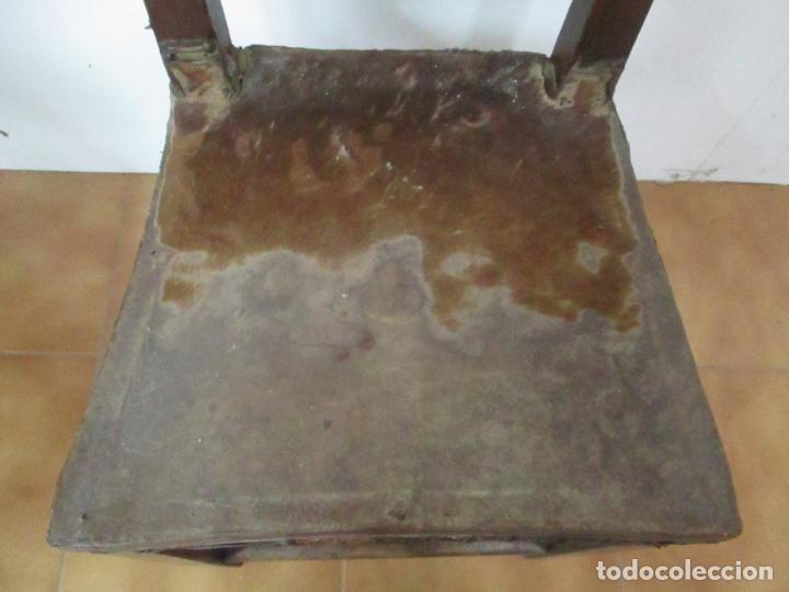 Antigüedades: Pareja de Sillas Carlos IV - Silla - Madera de Nogal - Tapicería en Piel Original - Finales S. XVIII - Foto 5 - 161252406