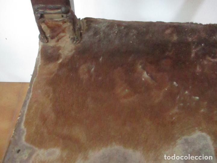 Antigüedades: Pareja de Sillas Carlos IV - Silla - Madera de Nogal - Tapicería en Piel Original - Finales S. XVIII - Foto 7 - 161252406