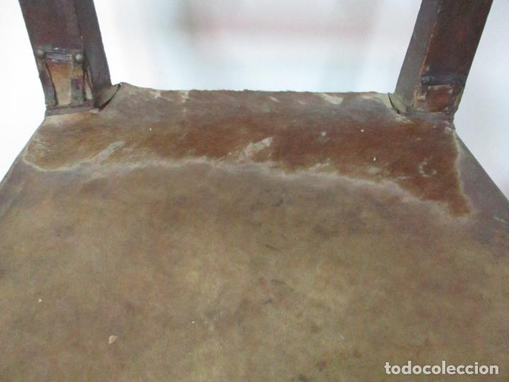 Antigüedades: Pareja de Sillas Carlos IV - Silla - Madera de Nogal - Tapicería en Piel Original - Finales S. XVIII - Foto 17 - 161252406