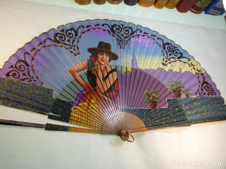 Antigüedades: Enorme y bellísimo abanico antiguo pintado a mano. Mujer andaluza con Sevilla al fondo.Gran colorido - Foto 2 - 161295646