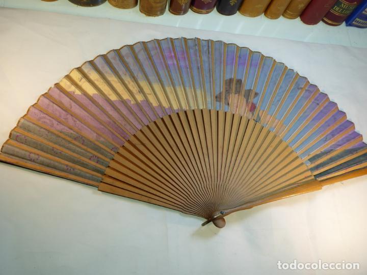 Antigüedades: Enorme y bellísimo abanico antiguo pintado a mano. Mujer andaluza con Sevilla al fondo.Gran colorido - Foto 6 - 161295646