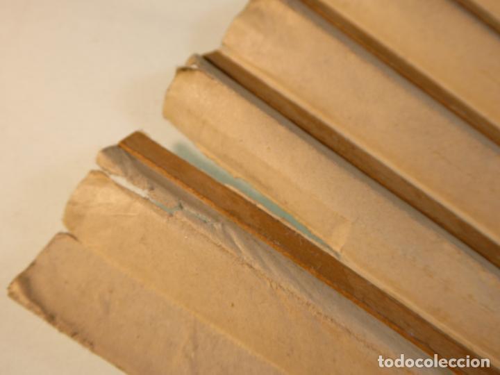 Antigüedades: Enorme y bonito abanico antiguo pintado a mano. Pareja andaluza de enamorados.País litografiado. - Foto 7 - 161295958