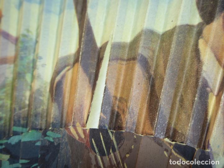 Antigüedades: Enorme y bonito abanico antiguo pintado a mano. Pareja andaluza de enamorados.País litografiado. - Foto 8 - 161295958