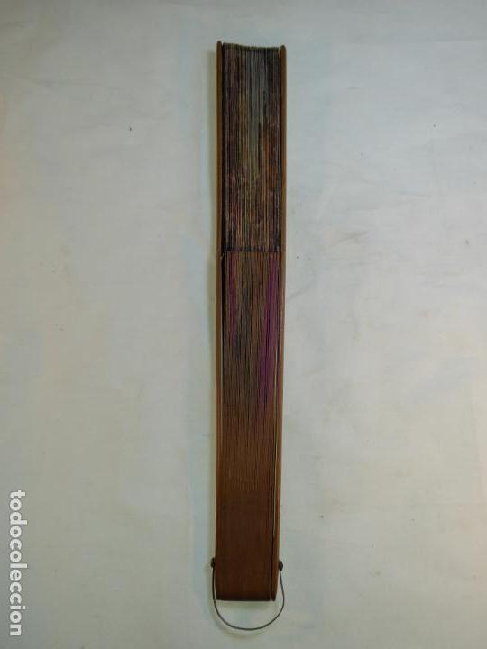 Antigüedades: Enorme y bonito abanico antiguo pintado a mano. Pareja andaluza de enamorados.País litografiado. - Foto 9 - 161295958