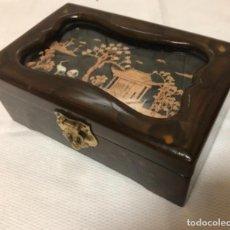 Antigüedades: BONITO JOYERO CHINO EN MADERA LACADA Y PAISAJE CHINO EN RELIEVE .. Lote 161321422