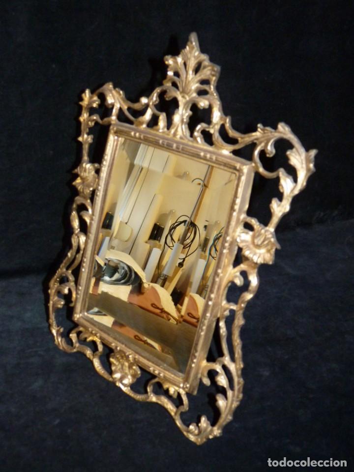 ANTIGUO ESPEJO BISELADO DE SOBREMESA, CON MARCO DE BRONCE 37X27 CM. (Antigüedades - Muebles Antiguos - Espejos Antiguos)