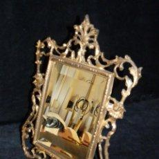 Antigüedades: ANTIGUO ESPEJO BISELADO DE SOBREMESA, CON MARCO DE BRONCE 37X27 CM.. Lote 161335798