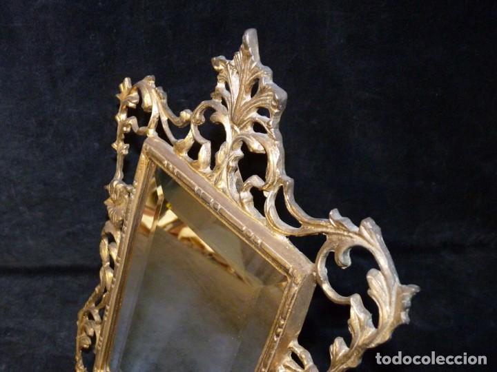 Antigüedades: ANTIGUO ESPEJO BISELADO DE SOBREMESA, CON MARCO DE BRONCE 37x27 cm. - Foto 3 - 161335798
