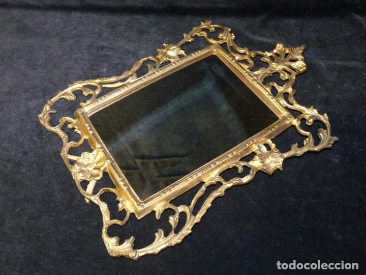 Antigüedades: ANTIGUO ESPEJO BISELADO DE SOBREMESA, CON MARCO DE BRONCE 37x27 cm. - Foto 4 - 161335798