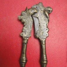 Antigüedades: ANTIGUO CASCANUCES DE BRONCE LABRADO, SIGLO XVIII. Lote 161385462