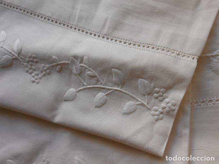 Antigüedades: Precioso juego 3 piezas sabanas bordadas a mano.Matrimonio.Años80.Beige muy claro,algodon puro.Nuevo - Foto 8 - 161385706