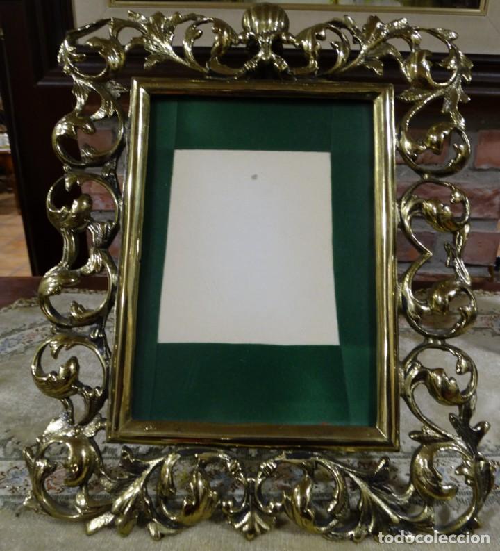 MARCO PORTA RETRATOS ANTIGUO DE BRONCE DE MESA (Antigüedades - Hogar y Decoración - Marcos Antiguos)