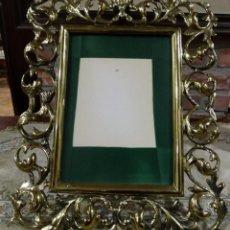 Antigüedades: MARCO PORTA RETRATOS ANTIGUO DE BRONCE DE MESA. Lote 161400990