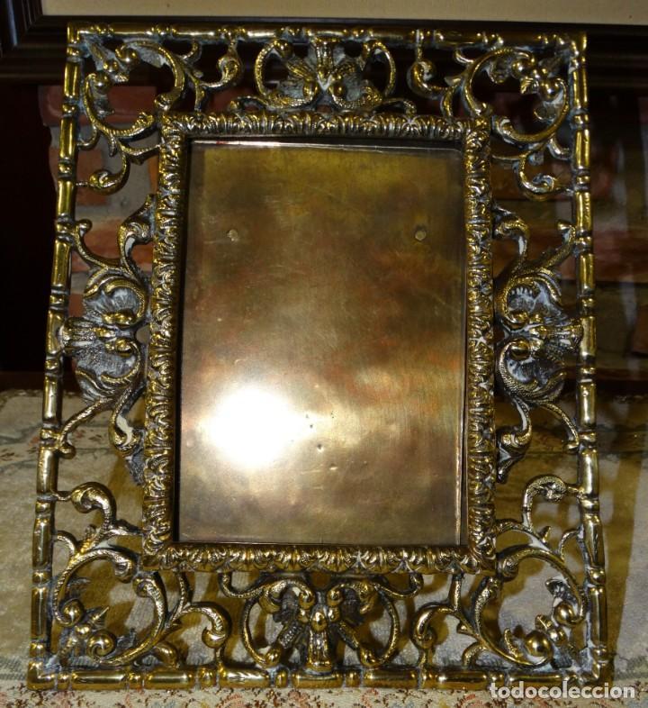 Antigüedades: MARCO PORTA RETRATOS ANTIGUO DE BRONCE DE MESA - Foto 2 - 161401350