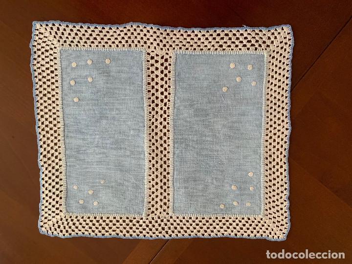 ANTIGUO MANTELITO DE LINO COLOR AZUL Y GANCHILLO (Antigüedades - Hogar y Decoración - Manteles Antiguos)