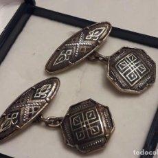 Antigüedades: BELLOS ANTIGUOS GEMELOS DE ORO DAMASQUINADO TOLEDO. Lote 161410902