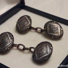 Antigüedades: BELLOS ANTIGUOS GEMELOS DE ORO DAMASQUINADO TOLEDO. Lote 161411046