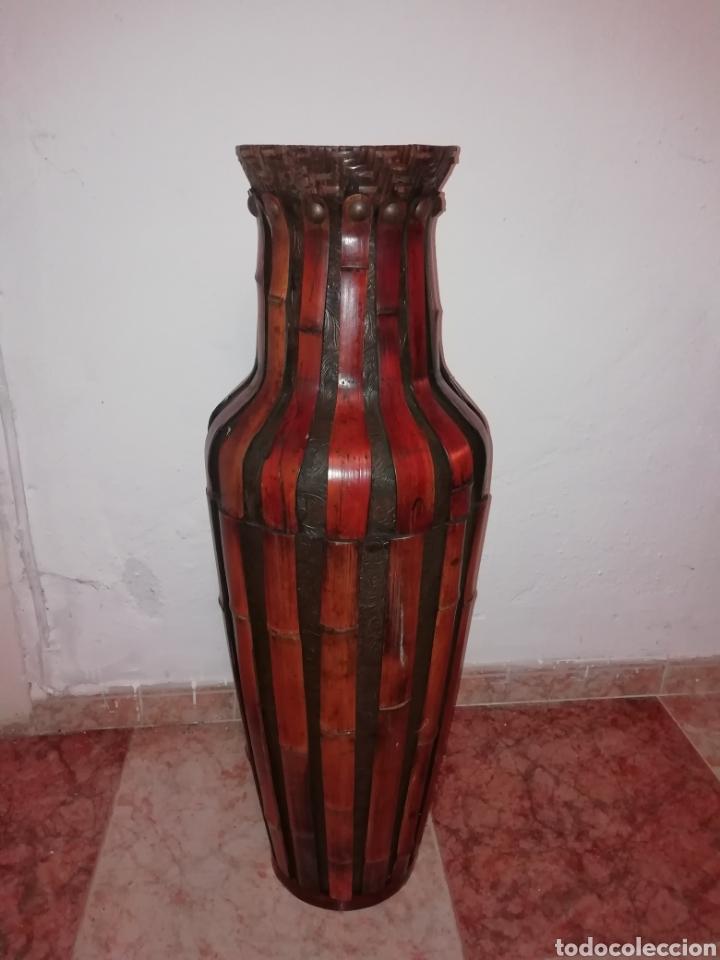 JARRON DE CUERO Y BAMBÚ (Antigüedades - Hogar y Decoración - Jarrones Antiguos)