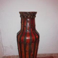 Antigüedades: JARRON DE CUERO Y BAMBÚ. Lote 161559524
