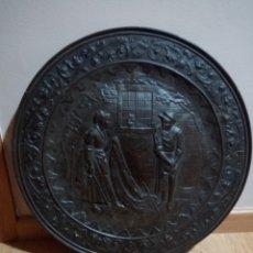 Antigüedades: ANTIGUO PLATO DE LATON REPUJADO CIRCA 1930. Lote 161582836