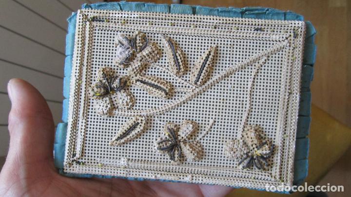 Antigüedades: Antiguo monedero raso de seda y bordado de cartón troquelado.13 X 9 cm. Final.S:XIX- Pps S.XX - Foto 4 - 161600358