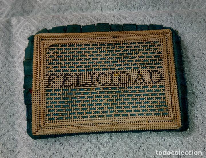 Antigüedades: Antiguo monedero raso de seda y bordado de cartón troquelado.13 X 9 cm. Final.S:XIX- Pps S.XX - Foto 5 - 161600358