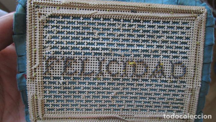 Antigüedades: Antiguo monedero raso de seda y bordado de cartón troquelado.13 X 9 cm. Final.S:XIX- Pps S.XX - Foto 6 - 161600358