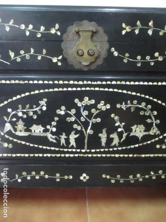 Antigüedades: Precioso Baúl Oriental - China - Caja, Arcón - Madera de Cedro - Decoración en Marquetería de Nácar - Foto 17 - 161676418