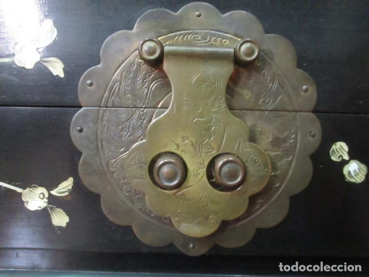 Antigüedades: Precioso Baúl Oriental - China - Caja, Arcón - Madera de Cedro - Decoración en Marquetería de Nácar - Foto 18 - 161676418