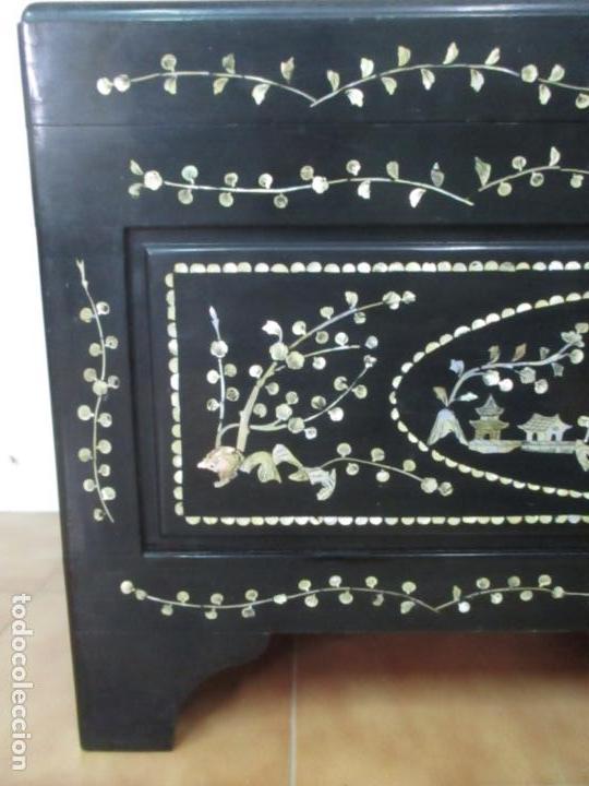 Antigüedades: Precioso Baúl Oriental - China - Caja, Arcón - Madera de Cedro - Decoración en Marquetería de Nácar - Foto 19 - 161676418