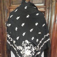 Antigüedades: MANTÓN NEGRO DE SEDA CON BORDADOS COLOR MARFIL.. Lote 161771937
