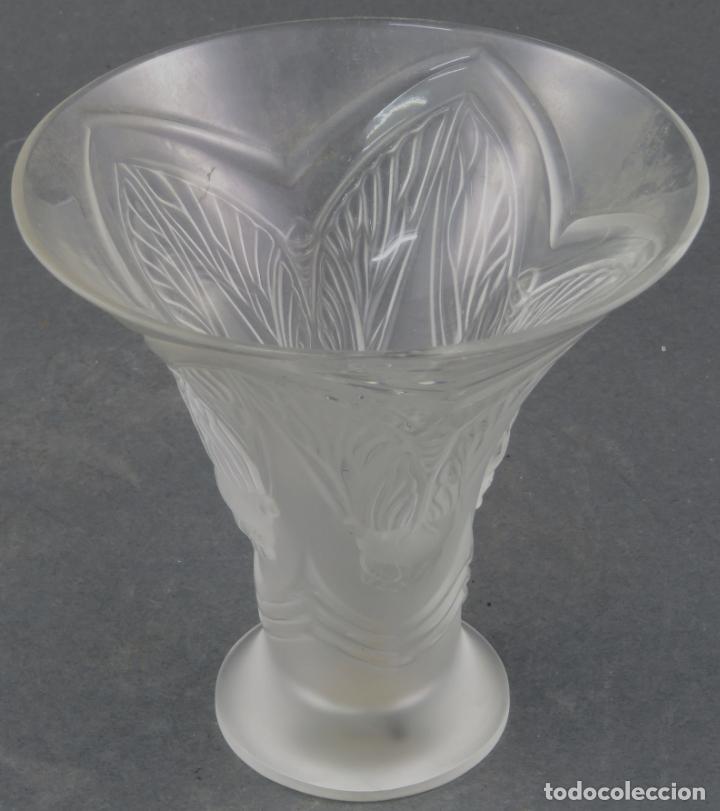 Antigüedades: Vaso Hojas en vidrio prensado cristal glace tallado Lalique Francia principios siglo XX - Foto 4 - 161790926