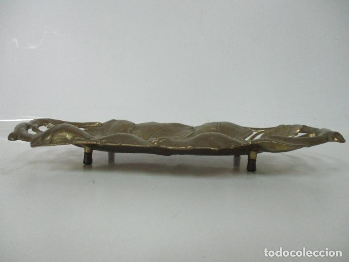 Antigüedades: Bonita Bandeja Modernista - Bronce Cincelado - Decorada con Hojas y Racimos - Principios S. XX - Foto 3 - 161818358
