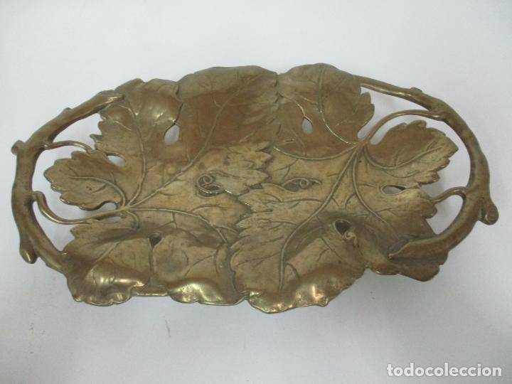 Antigüedades: Bonita Bandeja Modernista - Bronce Cincelado - Decorada con Hojas y Racimos - Principios S. XX - Foto 4 - 161818358