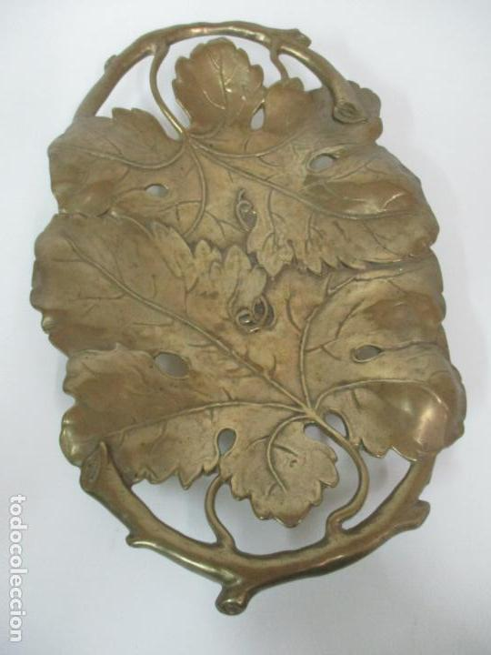 Antigüedades: Bonita Bandeja Modernista - Bronce Cincelado - Decorada con Hojas y Racimos - Principios S. XX - Foto 7 - 161818358