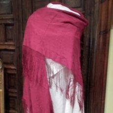 Antigüedades: MANTON DE SEDA BORDADO COLOR CARDENAL. Lote 161820708