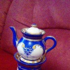 Antigüedades: ANTIGUA CAFETERA CON CALENTADOR DE VELA Y TAZA PARA CREMA. PORCELANA LIMOGES FRANCE.. Lote 161864066