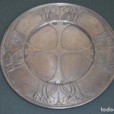 Antigüedades: PLATO DE ESTAÑO - BANDEJA - DECORACIÓN FLORAL - ESTILO MODERNISTA - LES POTSTAINIERS HUTOIS -BÉLGICA. Lote 161982842