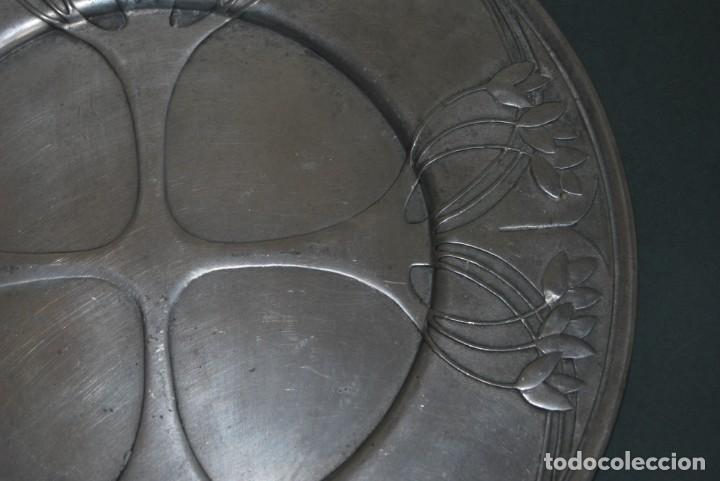 Antigüedades: PLATO DE ESTAÑO - BANDEJA - DECORACIÓN FLORAL - ESTILO MODERNISTA - LES POTSTAINIERS HUTOIS -BÉLGICA - Foto 3 - 161982842
