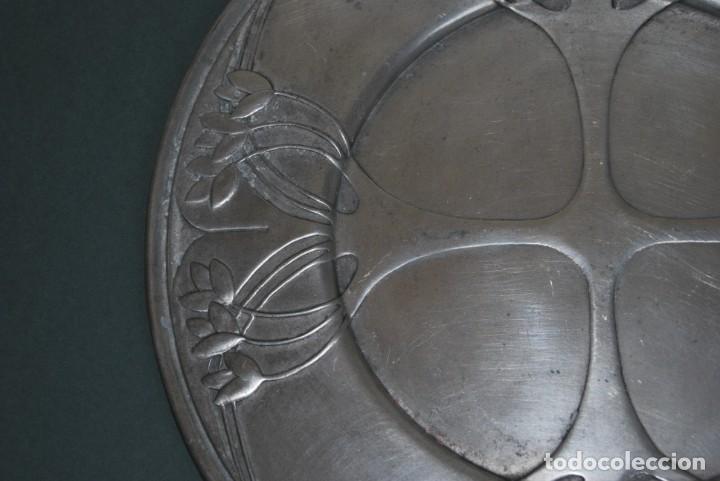 Antigüedades: PLATO DE ESTAÑO - BANDEJA - DECORACIÓN FLORAL - ESTILO MODERNISTA - LES POTSTAINIERS HUTOIS -BÉLGICA - Foto 5 - 161982842